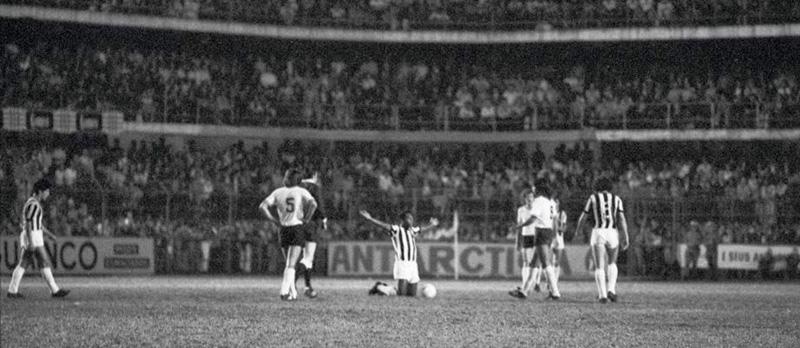 Rei Pelé se despedia no gramado da Vila Belmiro